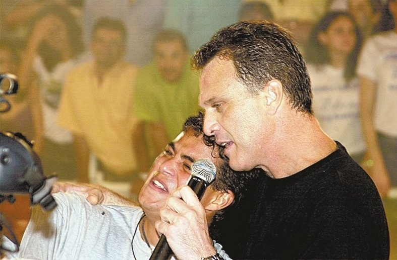 3.abr.2003 - Dhomini, vencedor do reality show