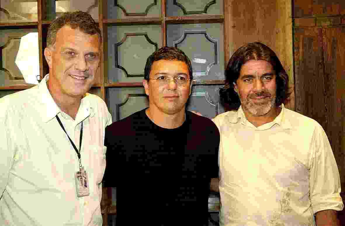 """Jan.2004 - A partir da esquerda, o apresentador Pedro Bial, os diretores Boninho e Carlos Magalhães, do reality show """"Big Brother Brasil"""" - Renato Rocha Miranda/TV Globo"""