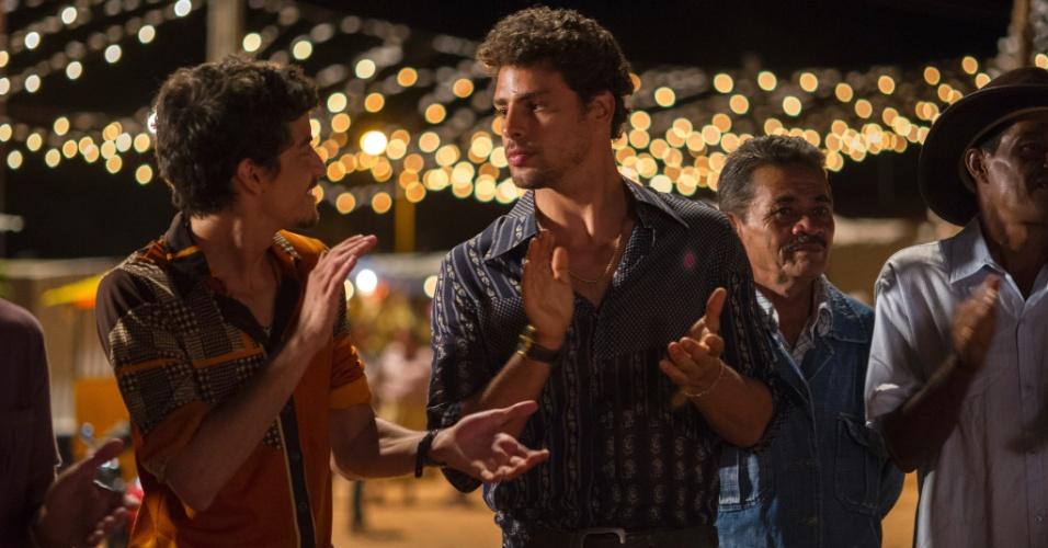 Os atores Jesuíta Barbosa e Cauã Reymond em cena de