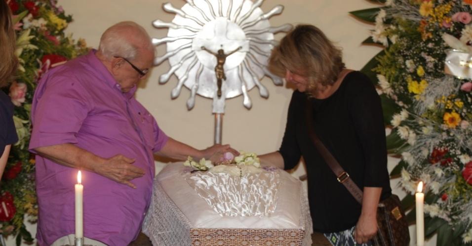 11.jan.2014 - Ary Toledo despede-se Marly Marley, com quem foi casado por 45 anos