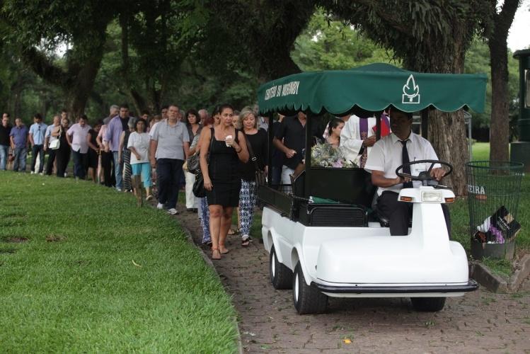 11.jan.2014 - Corpo de Marly Marley é transportado para local do enterro no Cemitério do Morumbi, em São Paulo