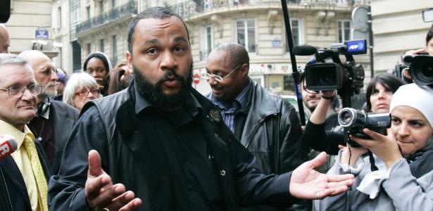 """O humorista Dieudonne M""""Bala M""""Bala, conhecido como Dieudonne, em Paris em imagem de 2009 - Remy de la Mauviniere/AFP"""