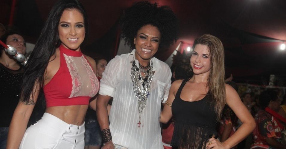 11.jan.2014 - A miss bumbum Dai Macedo, a rainha de bateria da Dragões da Real, Simone Sampaio, e a ex-BBB e musa da escola Cacau Colucci participam de ensaio na quadra da Dragões da Real em São Paulo