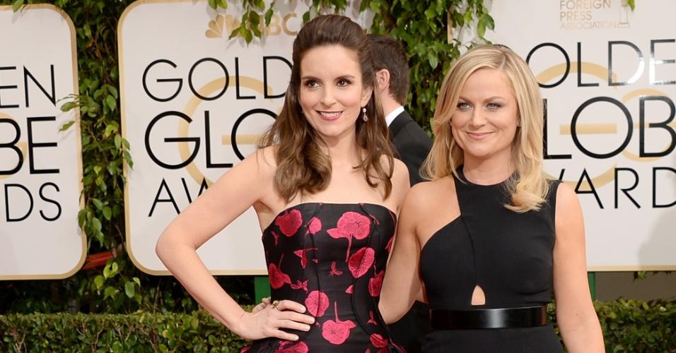 12.jan.2014 - As apresentadoras do Globo de Ouro 2014, Tina Fey e Amy Poehler, posam no tapete vermlelho da cerimônia, em Beverly Hills