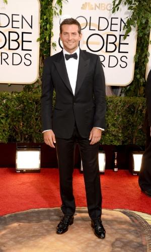 """12.jan.2014 - Bradley Cooper, indicado a melhor ator coadjuvante por """"Trapaça"""", posa no tapete vermelho do Globo de Ouro 2014, em Beverly Hills"""