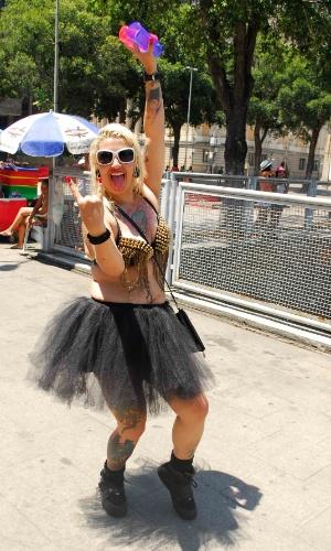 12.jan.2014 - Foliã roqueira participa da abertura não oficial do Carnaval de Rua na cidade, movimento liderado pela Desliga dos Blocos do Rio de Janeiro