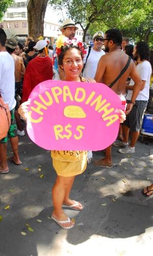 12.jan.2014 - Foliã se fantasia de sorvete e anuncia promoção na abertura não oficial do Carnaval de Rua na cidade, movimento liderado pela Desliga dos Blocos do Rio de Janeiro