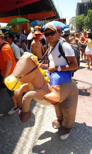 12.jan.2014 - Folião vai a cavalo à abertura não oficial do Carnaval de Rua na cidade, movimento liderado pela Desliga dos Blocos do Rio de Janeiro