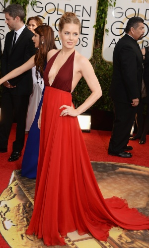 """12.jan.2014 - Indicada a melhor atriz em comédia ou musical por """"Trapaça"""", Amy Adams exibe decote no tapete vermelho do Globo de Ouro 2014, em Beverly Hills"""