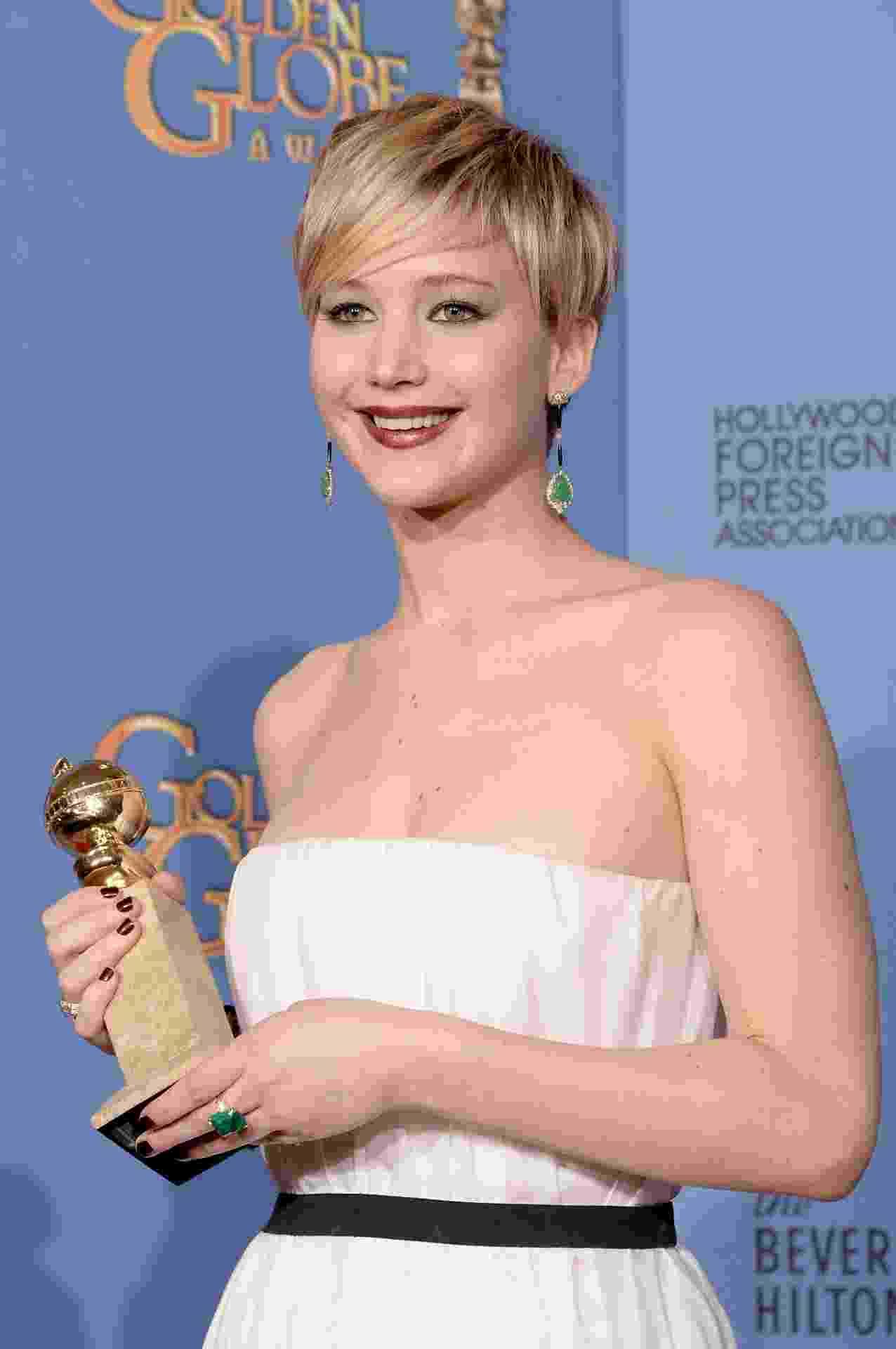 """12.jan.2014 - Jennifer Lawrence posa com prêmio de melhor atriz coadjuvante por """"Trapaça"""", no Globo de Ouro 2014 - Getty Images"""