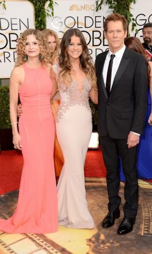 12.jan.2014 - Kyra Sedgwick e Kevin Bacon chegam ao Globo de Ouro 2014 acompanhados da filha, Sosie Bacon