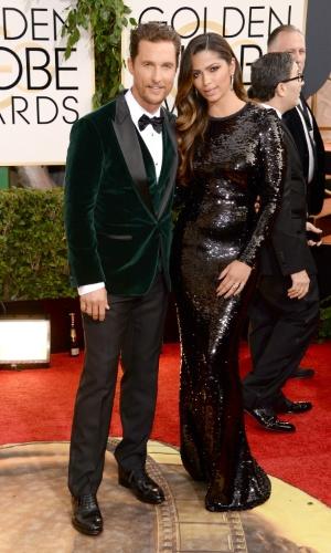 12.jan.2014 - Matthew McConaughey chega ao Globo de Ouro 2014 acompanhado da mulher, a modelo brasileira Camila Alves