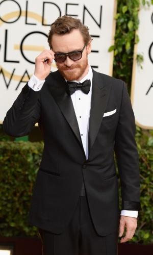 """12.jan.2014 - Michael Fassbender, indicado como melhor ator coadjuvante por """"12 Anos de Escravidão"""", faz charme com óculos escuro ao chegar para a edição 2014 do Globo de Ouro, em Beverly Hills"""