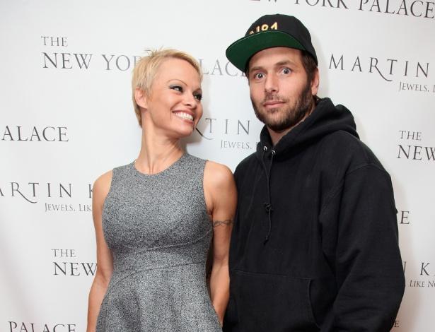 13.nov.2013 - Pamela Anderson e Rick Salomon em evento em Nova York (EUA)