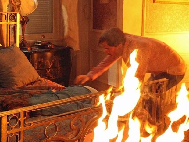 "Em ""Amor à Vida"", Thales resgata Natasha do fogo"