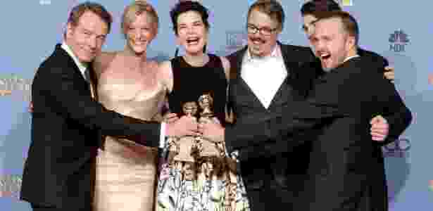 Elenco de Breaking Bad posa ao lado do diretor Vince Gilligan - AFP