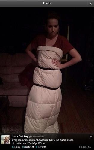"""12.jan.2014 - Internauta exibe uma foto enrolada em um edredom, amarrado por duas fitas. """"Meu Deus, eu e Jennifer temos o vestido"""", brincou ela na legenda da imagem"""