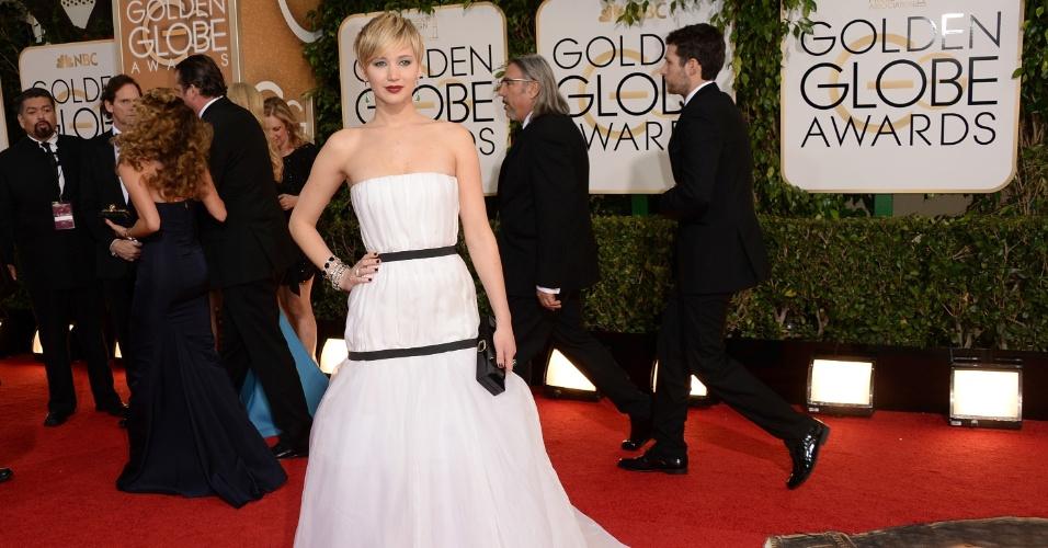 """12.jan.2014 - Jennifer Lawrence posa no tapete vermelho do Globo de Ouro 2014 com vestido Dior. A atriz ganhou o prêmio de melhor atriz coadjuvante por """"Trapaça"""""""