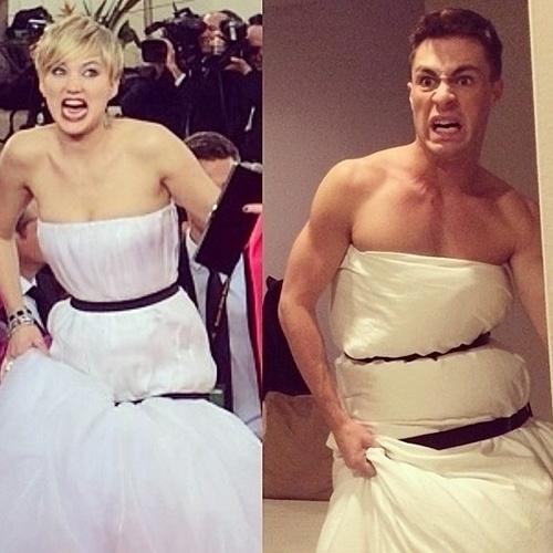 """12.jan.2014 - O ator Colton Haynes, da série """"Arrow"""", posta em seu Instagram uma comparação entre Jennifer Lawrence e uma foto sua enrolado em um edredom amarrado por duas fitas pretas. Ele imitou até a careta da atriz"""