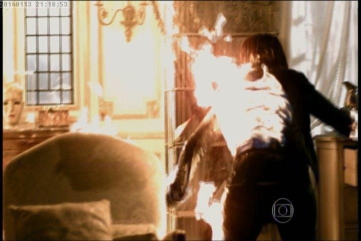 """13.jan.2014 - Em """"Amor à Vida"""", Leila morre queimada no incêndio que ela mesma provocou na mansão de Natasha"""