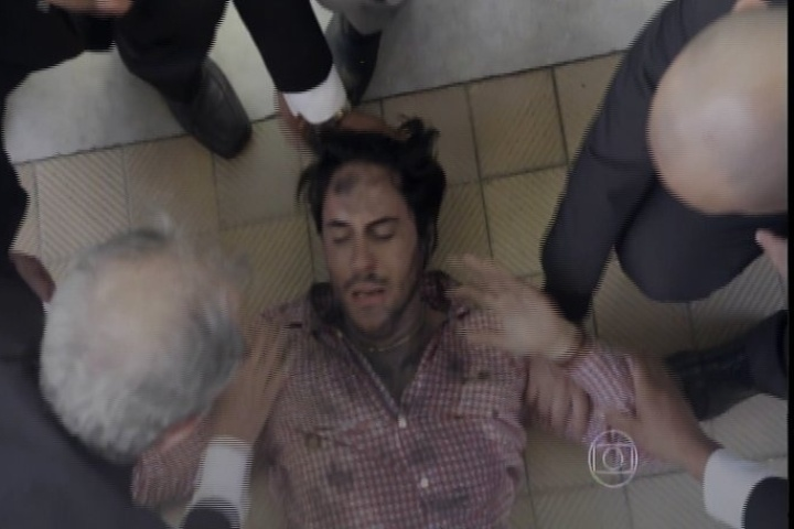 "13.jan.2014 - Em ""Amor à Vida"", Thales passa mal após salvar Natasha"