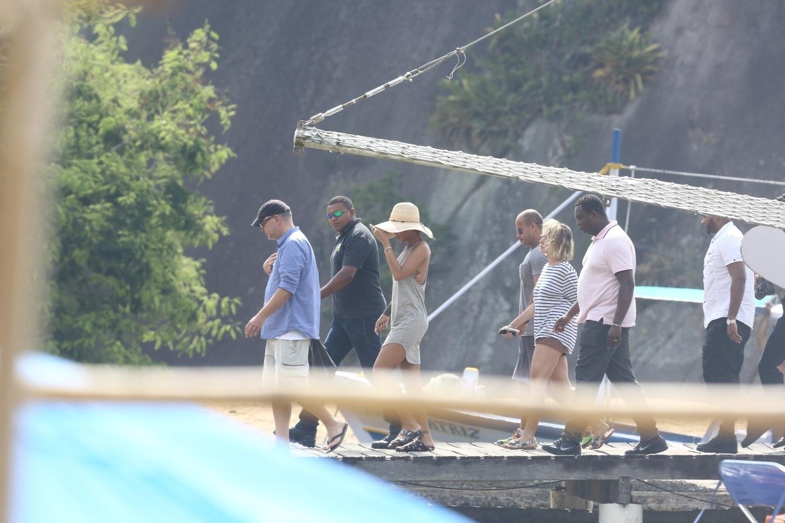 13.jan.2014 - Em Angra dos Reis, no Rio de Janeiro, Rihanna desembarca da lancha para fotografar em uma ilha. A cantora vai ser capa da revista
