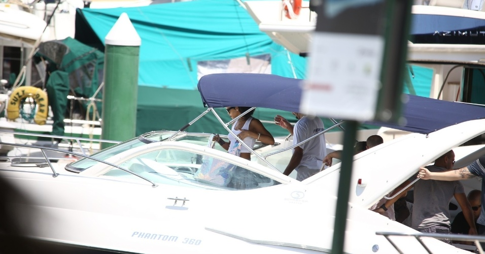 """13.jan.2014 - Em Angra dos Reis, no Rio de Janeiro, Rihanna embarca em lancha para fotografar em uma ilha. A cantora está no Brasil para fotografar para a revista """"Vogue Brasil"""""""