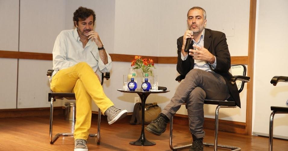 """13.jan.2014 - Os diretores José Alvarenga Júnior (diretor de núcleo) e Heitor Dhalia (diretor do filme) falam da adaptação de """"Serra Pelada - A Saga do Ouro"""" para a TV"""