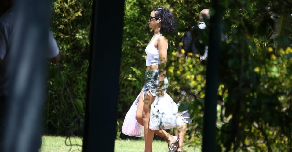 """13.jan.2014 - Rihanna é clicada desembarcando no heliponto de Angra dos Reis. A cantora está no Brasil para fotografar para a revista """"Vogue Brasil"""". A estrela pop está hospedada no hotel Fasano, em Ipanema, Zona Sul do Rio"""