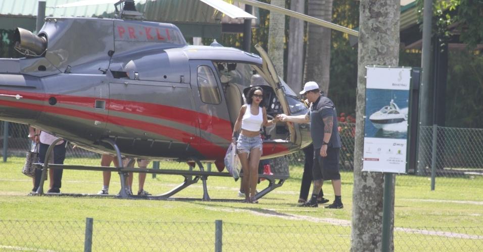 """13.jan.2014 - Rihanna é clicada desembarcando no heliponto de Angra dos Reis. A cantora está no Brasil para fotografar para a revista """"Vogue Brasil"""". As fotos estão feitas em um vilarejo na cidade"""
