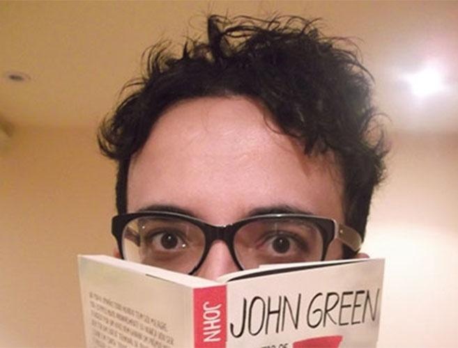 "Alisson posa com o livro ""Cidades de Papel"", de John Green, no confinamento"