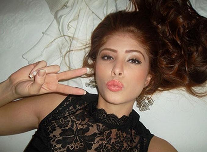 """A Miss Divinópolis 2012, Amanda Gontijo, faz biquinho para selfie no quarto do hotel antes de entrar no """"BBB14"""""""