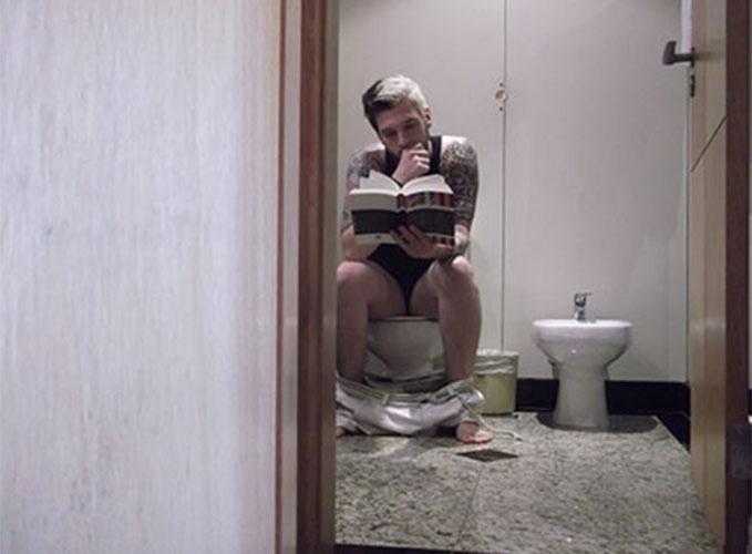 """Brincalhão, o gaúcho Cássio posou sentado na privada do hotel do confinamento antes do """"BBB14"""""""