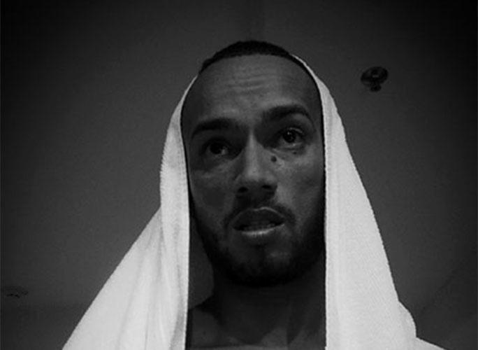 Com toalha na cabeça, Valter faz cara de santo em autorretrato