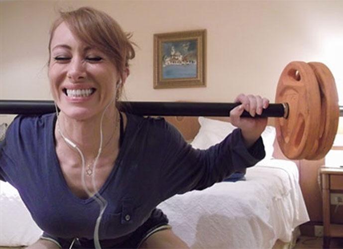 Confinada, Aline faz exercícios no quarto do hotel