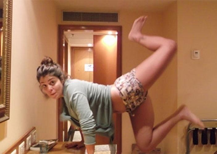 De pijama, Bella faz malabarismos no quarto do hotel em autorretrato