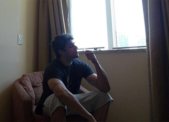 """Junior acende um cigarro em """"selfie"""" feito no quarto do hotel"""