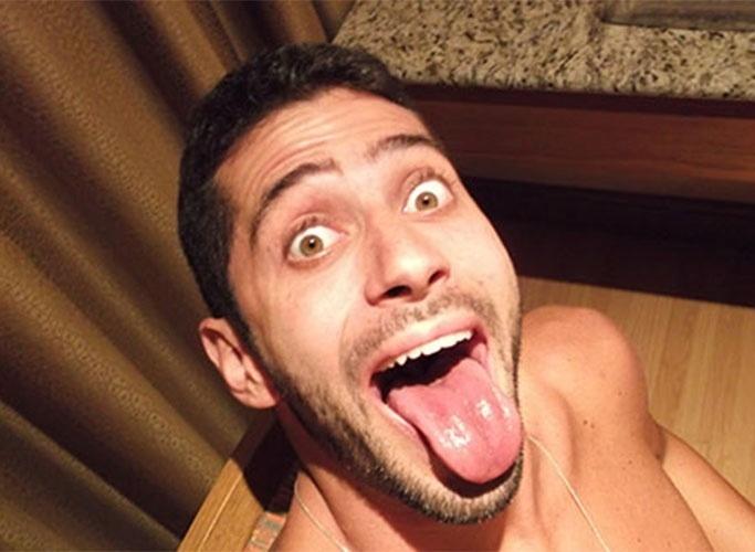 """Marcelo faz careta em """"selfie"""" no quarto do hotel antes do """"BBB14"""""""