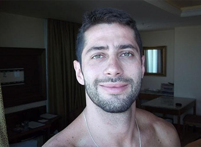"""Marcelo posa para """"selfie"""" no quarto antes do """"BBB14"""""""