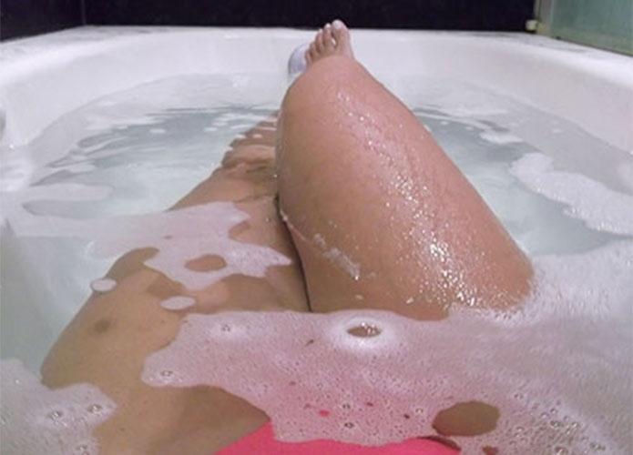 Na banheira, Leticia fotografa o próprio corpo durante o confinamento antes do início do
