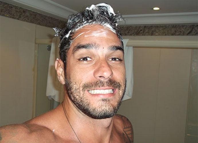 """O banheiro também foi cenário dos """"selfies"""" dos brothers. Diego tirou foto com o cabelo cheio de espuma"""
