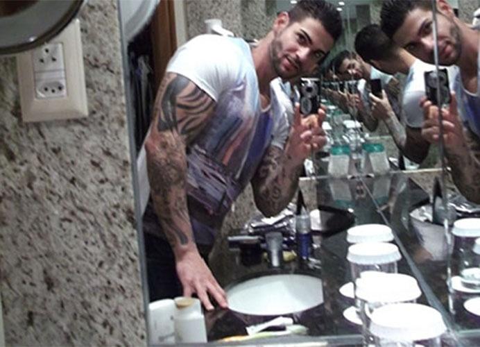 """O espelho do banheiro foi usado por brothers como Rodrigo para fazer seus """"selfies"""" no hotel"""