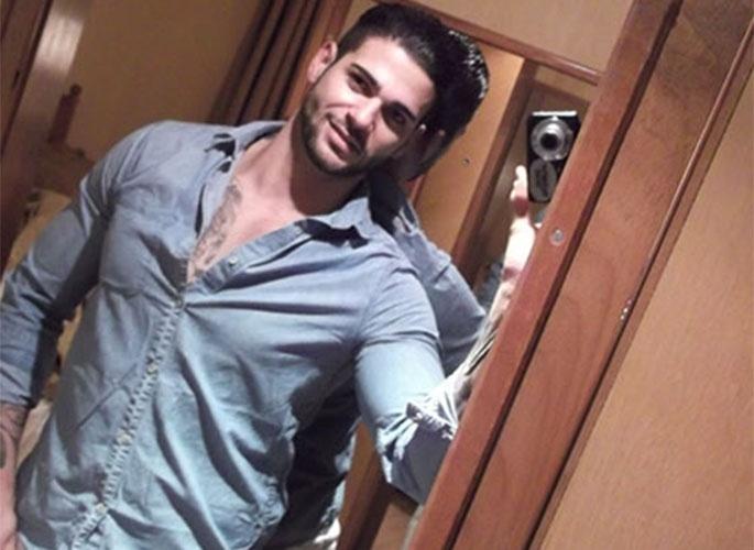 """Rodrigo tira foto no espelho para postar no site do """"BBB14"""""""