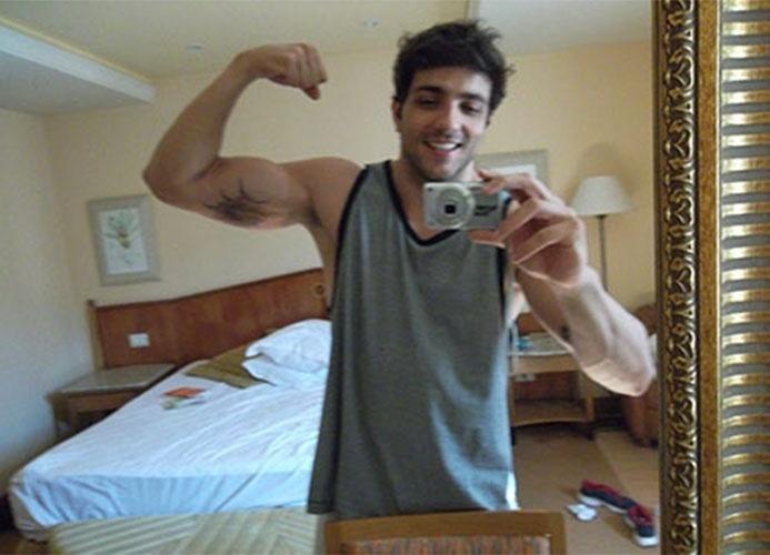 Sarado, Junior exibe os músculos no espelho em autorretrato