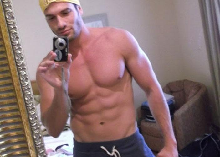 Sarado, Roni também fotografou seus músculos no espelho do hotel