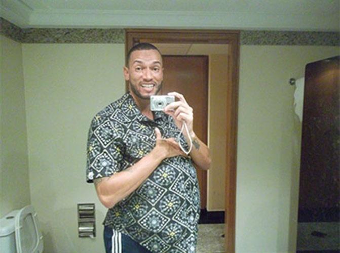 """Valter faz graça com falsa barriga sob a camisa em """"selfie"""" para o site do """"BBB14"""""""