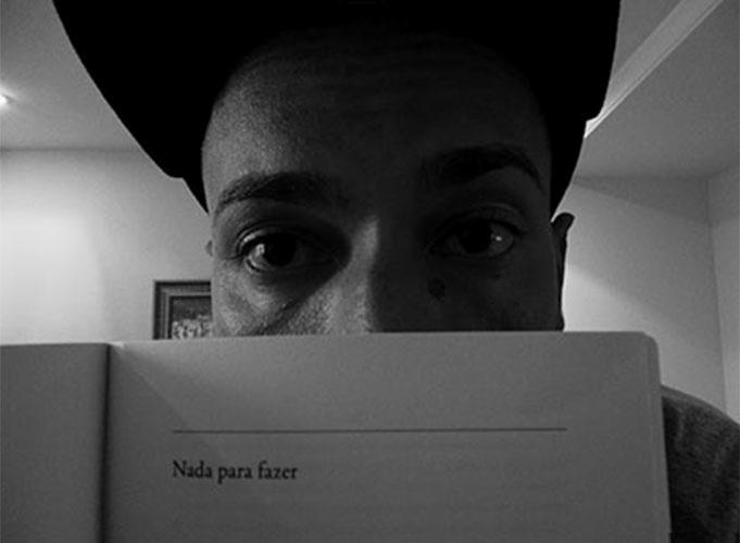 """Valter, o Slim Rimografia, usa página de livro para retratar seus dias no confinamento: """"Nada para fazer"""""""