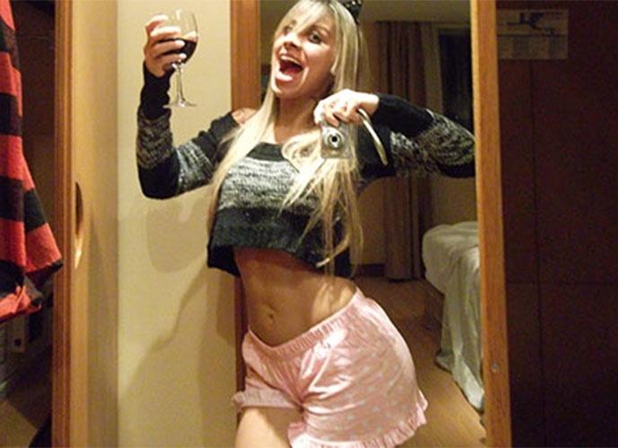 """Vanessa mostra barriga chapada em """"selfie"""" no quarto do confinamento para o """"BBB14"""""""