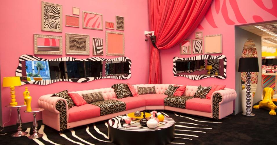 """14.jan.2014 - A sala principal da casa do """"BBB14"""" é rosa com estampas de zebra"""