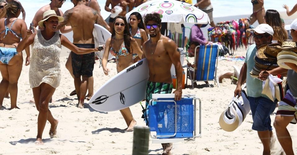 14.jan.2014- Caio Castro é assediado ao deixar praia carioca
